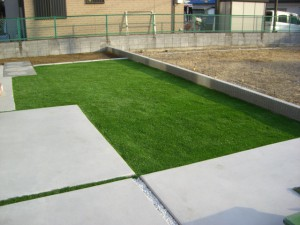 緑に映える人工芝施行